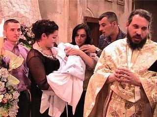 Genitori, padrini e l'archimandrita attorno al piccolo Alex.jpg